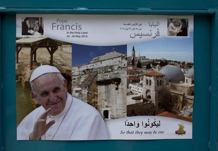 Imagen de un cartel de bienvenida al Papa Francisco en una calle cerca de la Iglesia de la Natividad en Belén, Cisjordania. (Agencias)