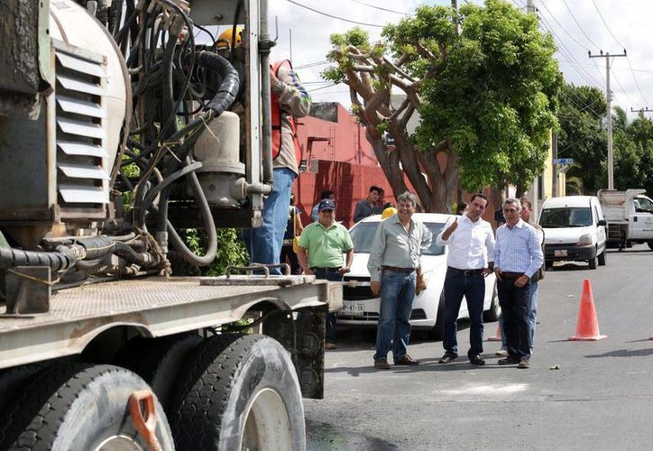 El alcalde de Mérida, Mauricio Vila, supervisó este martes labores de drenaje pluvial en la colonia Mulsay. (Fotos cortesía del Ayuntamiento de Mérida)