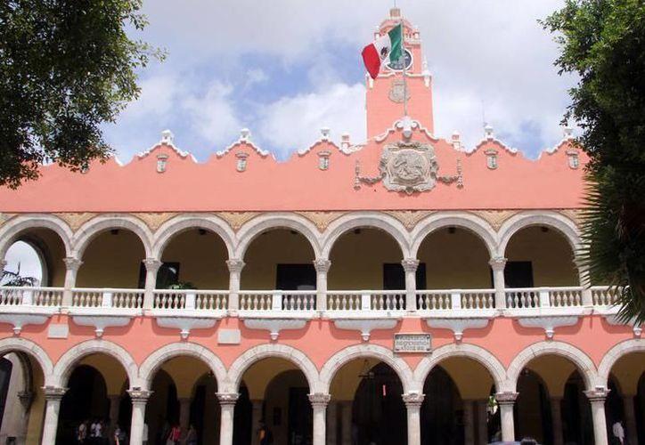 Los inconformes realizaron una protesta a las puertas del Ayuntamiento de Mérida. (Milenio Novedades)