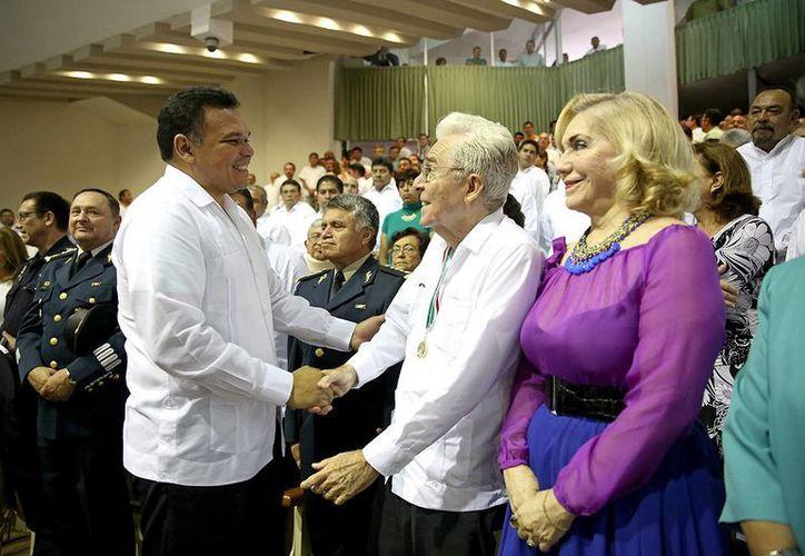 Entre sus actividades del domingo, el gobernador Rolando Zapata Bello participó en la entrega de la Medalla Héctor Victoria Aguilar al escritor Roldán Peniche Barrera, en el Congreso de Yucatán. (SIPSE)