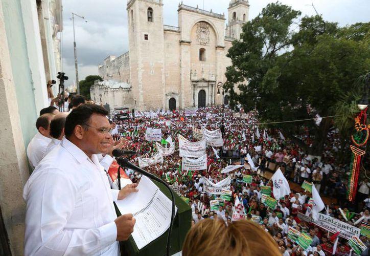 Desde el balcón principal del Palacio de Gobierno, Rolando Zapata dirigió un mensaje a los asistentes por su segundo año de gestión al frente del Ejecutivo estatal. (Milenio Novedades)