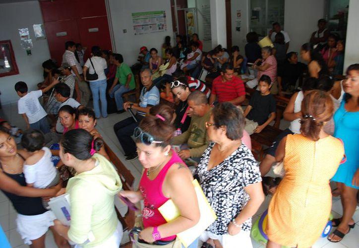 Desde temprana hora decenas de personas esperan para consultar. (Tomás Álvarez/SIPSE)