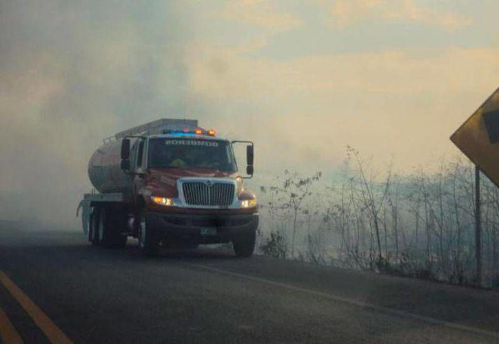Más de 700 personas están abocadas al combate de incendios en Yucatán, 200 de las cuales son bomberos de la Secretaría de Seguridad Pública. En la imagen -de archivo- una pipa de la SSP en una zona siniestrada. (SIPSE.com)