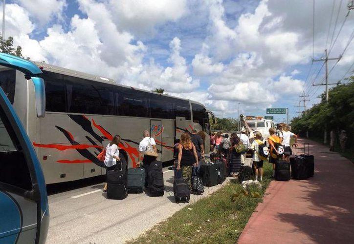 Otro autobús llegó para trasladar a los 50 pasajeros al aeropuerto de Cancún.  (Redacción/SIPSE)