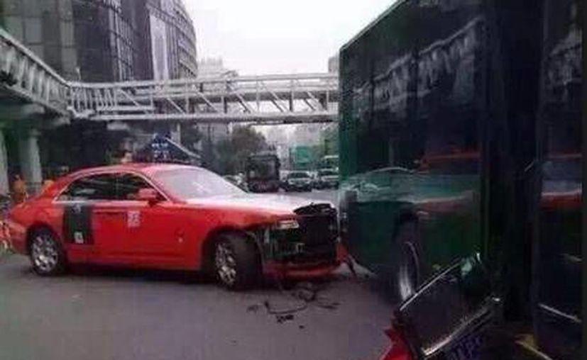 Así quedó el Rolls Royce en el que viajaba Psy, tras chocar contra un autobús. (sirkenayo.com)