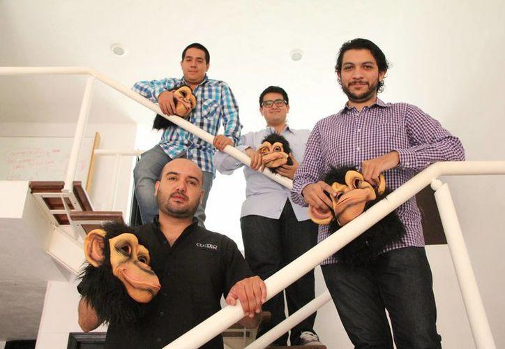 Los cuatro jóvenes con diferentes perfiles iniciaron su proyecto en el que conjugaron sus experiencias para forjar su agencia de publicidad. (José Acosta/SIPSE)