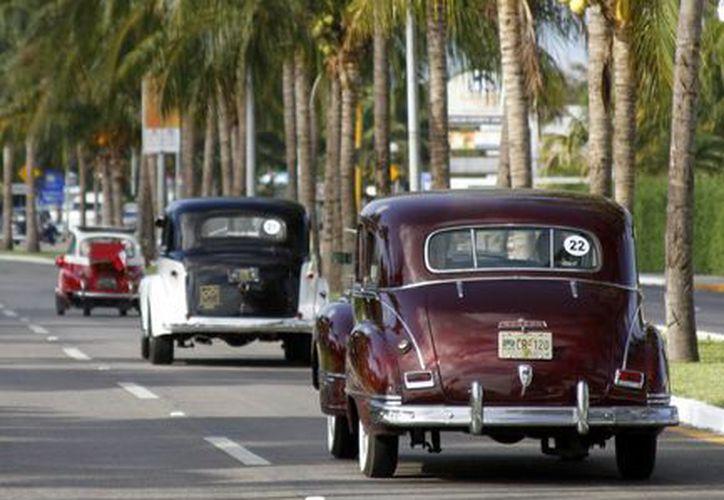 Comenzó la aventura del Rally Maya, 119 autos antiguos viajarán por tres estados del sureste. (Francisco Gálvez/SIPSE)