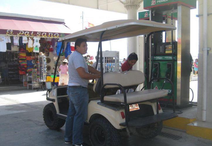 El alza afecta a los prestadores de servicios como los que rentan carritos de golf. (Lanrry Parra/SIPSE)
