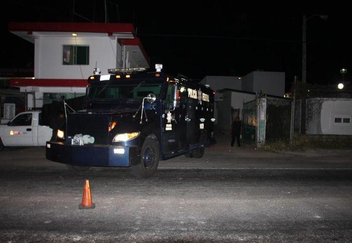 """El camión de la Policía Federal, conocido como """"Rinoceronte"""", en su arribo al Cereso de Chetumal. (Redacción/SIPSE)"""