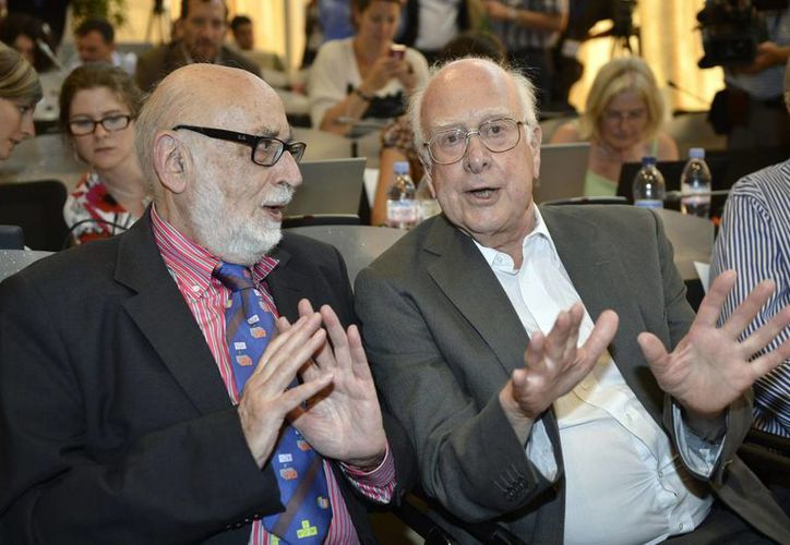 Englert (i) y Higgs responden a periodistas en un seminario científico en Ginebra, Suiza en 2012. (Agencias)