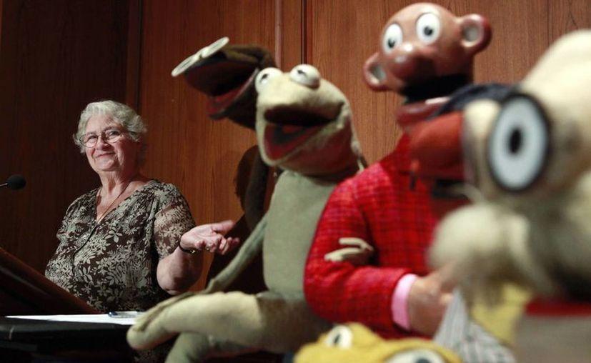 En imagen de 2010, Jane Henson donó algunos de los primeros títeres creados por su ex esposo Jim Henson, entre ellos la original rana Kermit, al Instituto Smithsonian, en Washington. (Agencia)
