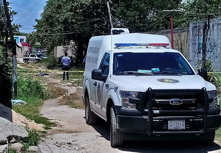 Personal del Semefo se hizo cargo del levantamiento de los cuerpos. (Foto: Redacción/SIPSE)