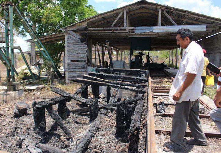 Las instalaciones del Aserradero de la localidad fueron dañadas por el fuego. (Ángel Castilla/SIPSE)