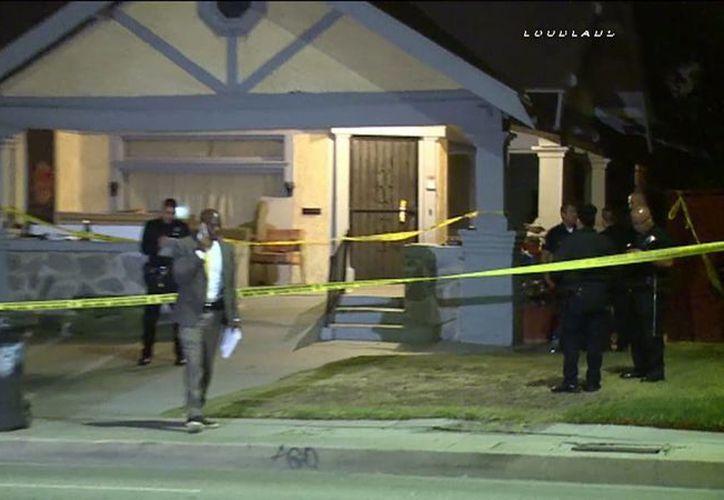 La policía investiga la escena del ataque contra una mujer y su hija de dos años. (ktla.com)