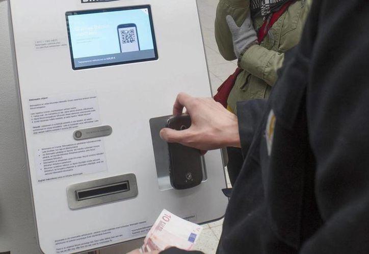 En porcentajes que varían entre el 67 y el 80 por ciento, las instituciones bancarias califican como prioridad a los cajeros electrónicos. (Archivo/EFE)