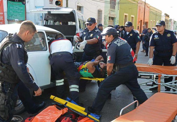 El choque entre un Volkswagen y una combi de la ruta Chenkú dejó varios heridos. (Cuauhtémoc Moreno/SIPSE)