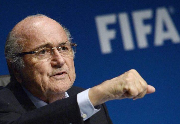 La FIFA busca acabar con el negocio de las personas que rodean a los jugadores y se enriquecen a su costa. (AP)