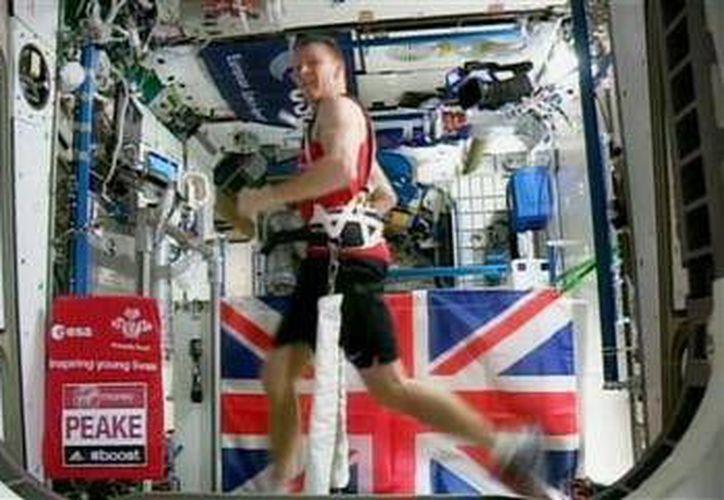 El astronauta británico Tim Peake corre la Maratón de Londres sujetado a una caminadora eléctrica para contrarrestar la falta de gravedad en la Estación Espacial Internacional. (AP)