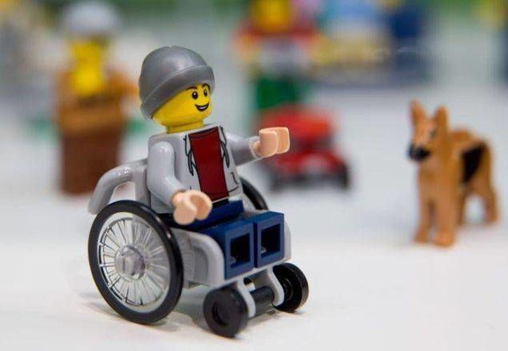 La primera figura de Lego en silla de ruedas se expuso este miércoles en la Feria Internacional del Juguete de Núremberg, en Alemania. (AP)