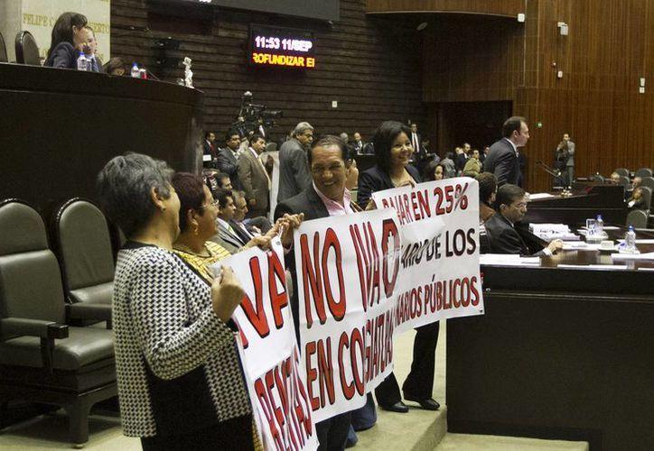Los diputados del PRD tomaron la tribuna de la Cámara Baja. (Notimex)