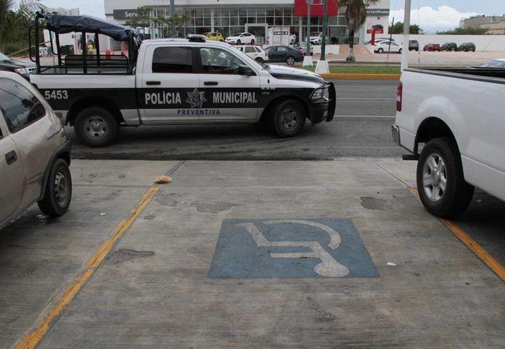 De no ir la persona en el vehículo, y éste ocupa un sitio de aparcamiento para discapacitados, el automóvil será remolcado. (Tomás Álvarez/SIPSE)