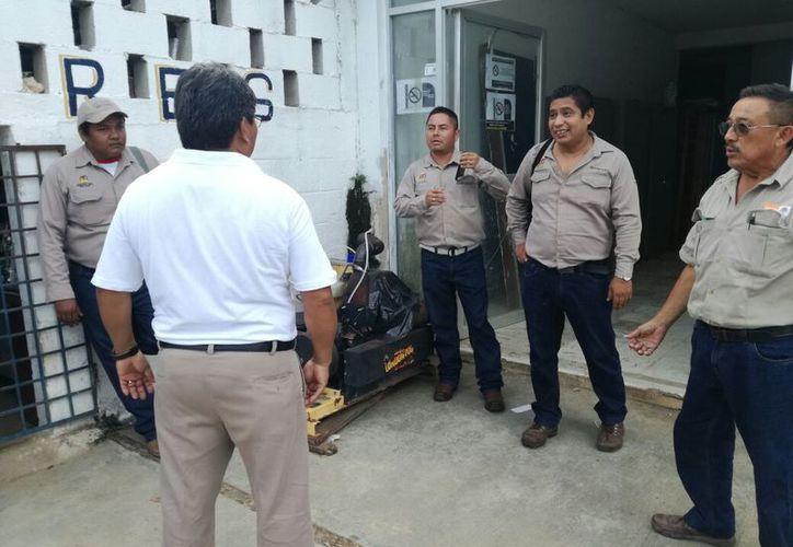 Los empleados sindicalizados acudieron ayer a las instalaciones de la jurisdicción para buscar un diálogo con la encargada del área. (Jesús Caamal/SIPSE)