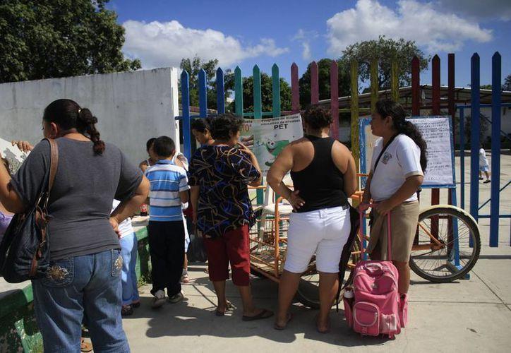 Los tutores de los 134 niños que asisten al jardín <i>Niño Artillero</i> deben hacer una aportación mensual de 25 pesos. (Harold Alcocer/SIPSE)