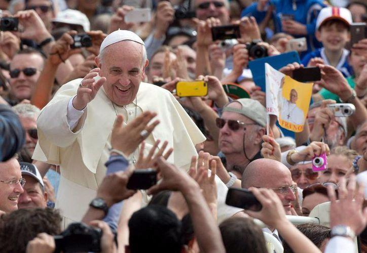 El Papa saluda a la multitud que asisitió a la audiencia general celebrada antes de ayer en la Plaza de San Pedro del Vaticano. (EFE)
