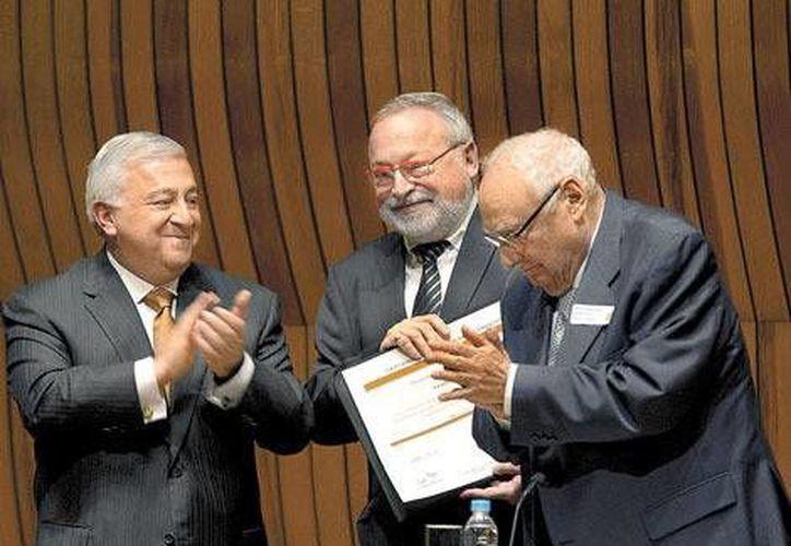 Chuayffet (i) dijo a Savater (c) que se busca que todos los mexicanos puedan acceder al sistema educativo. (Milenio/Foto de contexto)