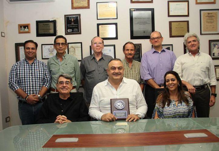 El cuerpo consular establecido en Mérida entregó un reconocimiento a Roberto Abraham Mafud, por su destacada labor como cónsul de Líbano. (Milenio Novedades)