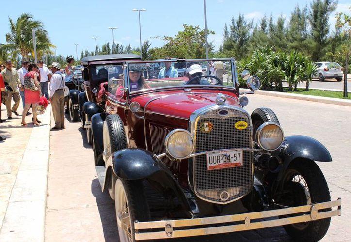 Exhibición de autos antiguos se realizó en el malecón Tajamar. (Andrea Aponte/SIPSE)