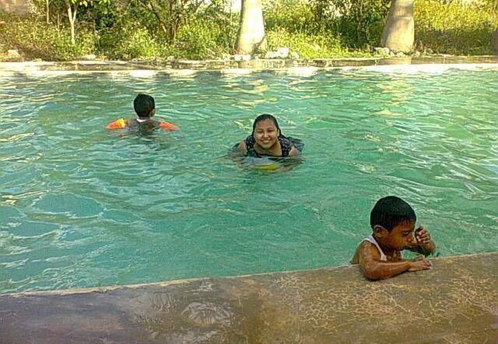 El fuerte calor que impera en la región propicia que las piscinas sean muy demandadas. (José Acosta/SIPSE)