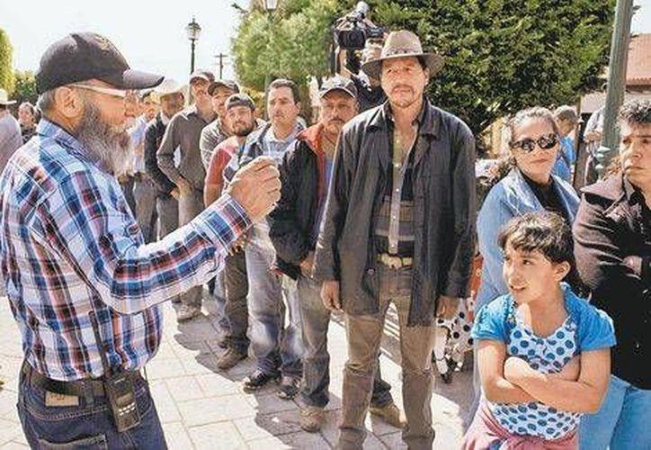 Estanislao Beltrán, vocero de las autodefensas, dialoga con habitantes. (Milenio)