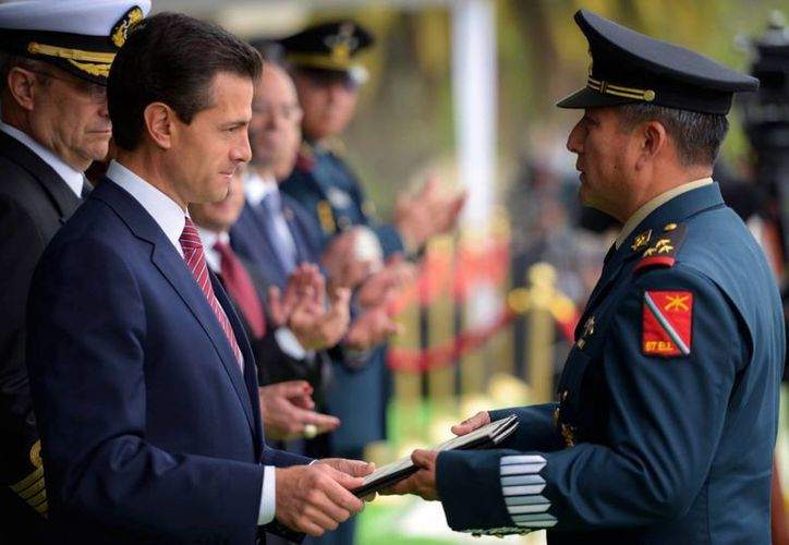 El mandatario encabezó la ceremonia en el Campo Militar en donde reconoció a varios elementos de la Sedena. (Facebook/Enrique Peña Nieto)
