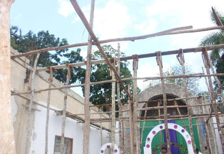 En el lugar se pueden observar los postes de madera que pusieron desde hace algunos meses atrás, los cuales servirían para la construcción del techo. (José Chi/SIPSE)