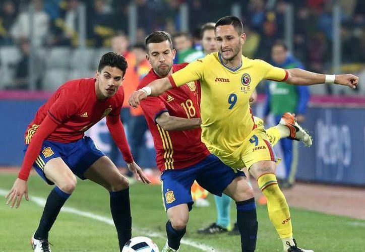 La selección española sigue sin encontrar el camino de la victoria y el buen juego que controlaba en los últimos años. El empate a cero ante Rumania de este domingo deja muchas dudas de cara a la Eurocopa 2016. (Imágenes de AP)
