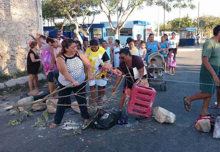 Vecinos de la colonia Melitón Salazar liberan una de las calles que mantenían bloqueadas alrededor del parque. (SIPSE)