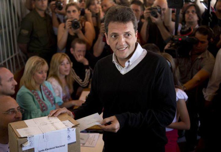Sergio Massa, candidato de oposición en Argentina, posa para las cámaras mientras deposita su voto. (Agencias)