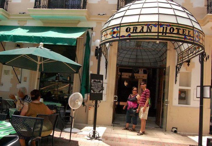 Restaurantes y hoteles suelen contratar a empleados extranjeros. (Milenio Novedades)