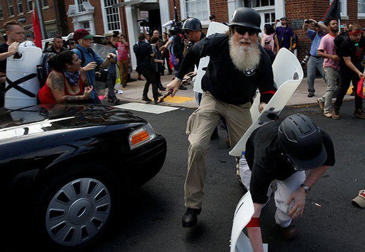n medio de los enfrentamientos entre los miembros de ambos bandos, un vehículo ha embestido a la multitud. (RT)