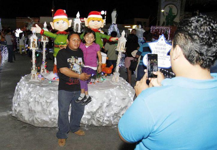 Cientos de familias visitaron la Villa Navideña este pasado fin de semana en La Plancha. (Milenio Novedades)