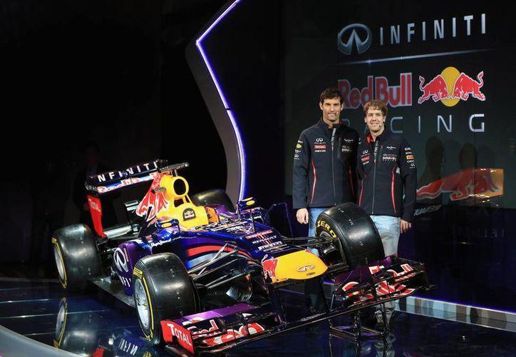 Mark Weber (i) y Sebastian Vettel junto al nuevo modelo de Red Bull. (AP)