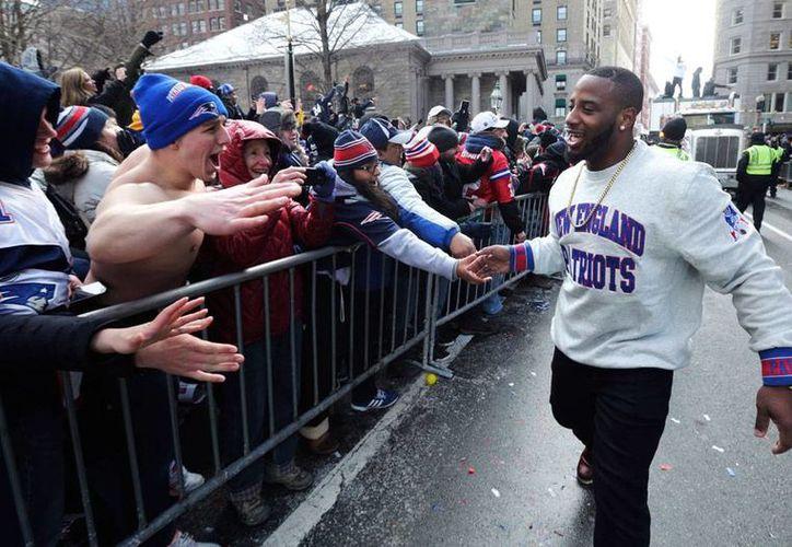 El corredor Jonas Gray saluda a los aficionados durante el desfile por el festejo del cuarto Super Bowl para Patriotas de Nueva Inglaterra. (AP)