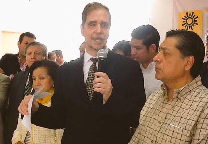 'Hay enorme dosis de corrupción e ineptitud en el Gobierno de la República, el PRD debe ser el partido que marque el rumbo', aseguró Agustín Basave Benítez durante su afiliación. (@PRDmexico)