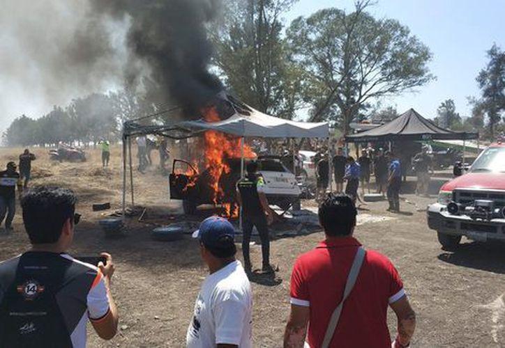 El auto se incendió debido a una falla en el motor. (milenio.com)