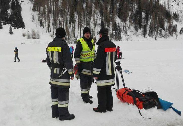 Los equipos de rescate se preparan para abordar los helicópteros en Valle Aurina, en los Alpes italianos. (Agencias)