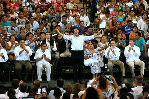 Entre baile y protestas, llega Peña Nieto a Yucatán