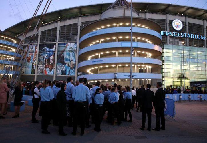 El estadio Etihad fue evacuado 2 horas antes del partido entre el Manchester City y el Barcelona FC, de la Champions League, debido a una amenaza de bomba. (AP)