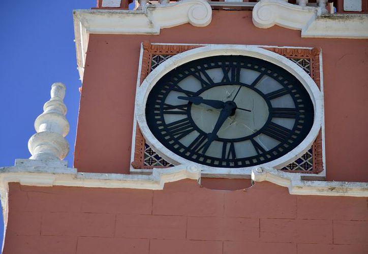 El reloj municipal no funciona desde hace 20 años. (Foto: Milenio Novedades)