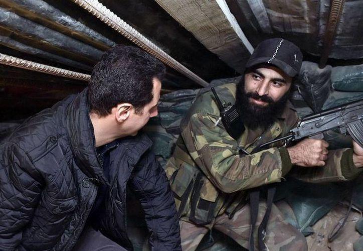 La coalición de Estados Unidos y sus aliados árabes bombardearon posiciones del Ejército Islámico. La imagen es de contexto y corresponde a la visita que el presidente de Siria Bashar al Assad realizó a las tropas del Ejército sirio, en Damasco. (AP)